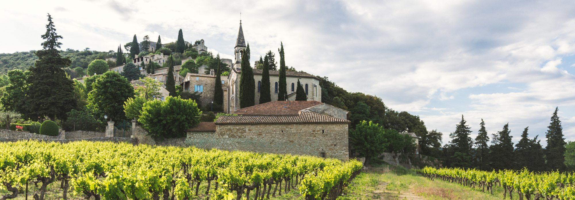 Das historische Staedtchen hier im Bild ist La Roque-sur-Cèze und befindet sich wie auch das Hotel Château de Montcaud am Rande der Provence in Südfrankreich. Einen Besuch wert sind es beide!