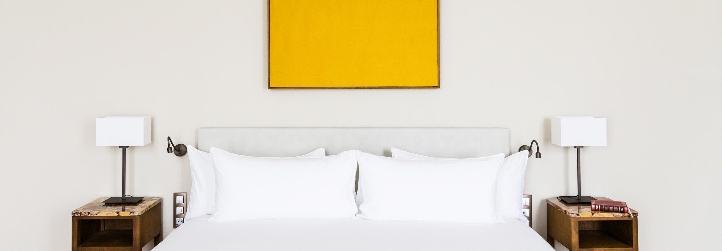 Les lits de l'Hôtel Château de Montcaud se trouvent sous un panneau de soie qui rappelle symboliquement les origines du château : Des rêves soyeux devraient accompagner vos nuits en Provence, dans le sud de la France.