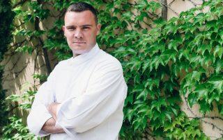Der Chefkoch der beiden Restaurants des Hotels Château de Montcaud (Provence) steht hier vor dem ehemaligen Taubenschlag des südfranzosischen Anwesens. Hierdrin verbirgt sich sein Kreativatelier.
