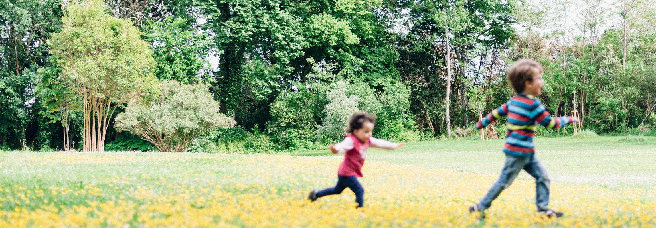 Les enfants jouant dans le parc du Château de Montcaud