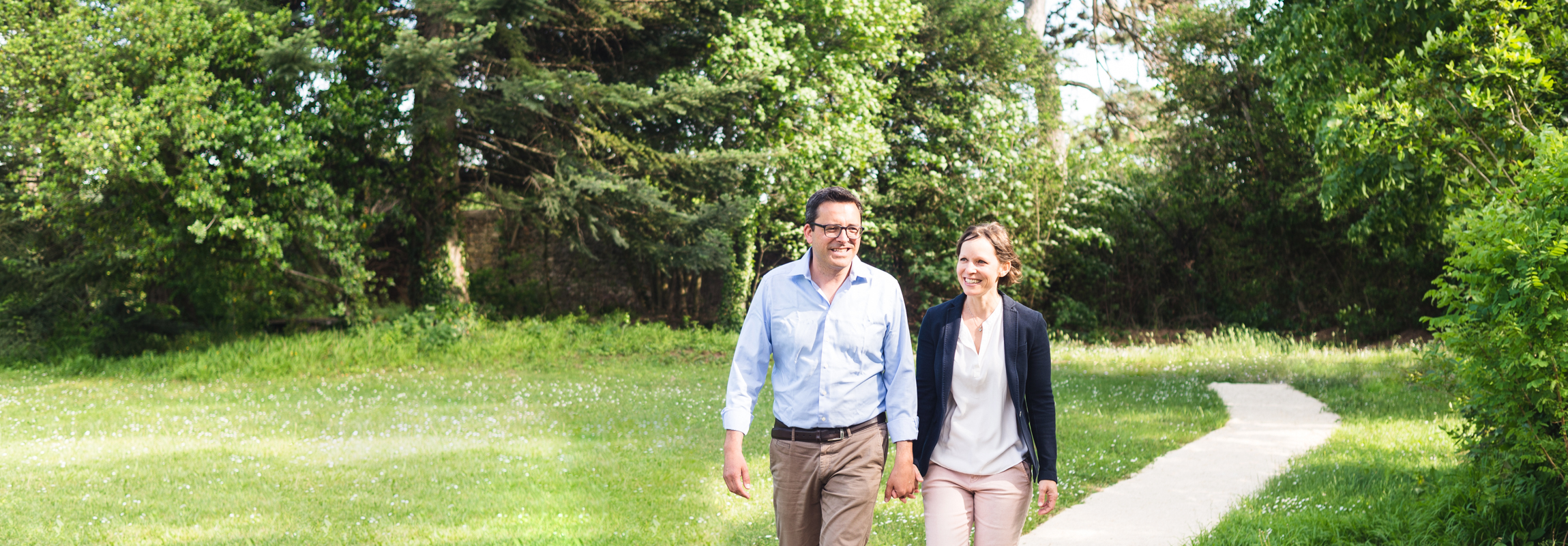 Andrea und Rolf Bertschi schlendern durch den Schlosspark des Hotels Château de Montcaud. Das Gastgeberehepaar hat in der Provence, Südfrankreich ein neues zu Hause gefunden.