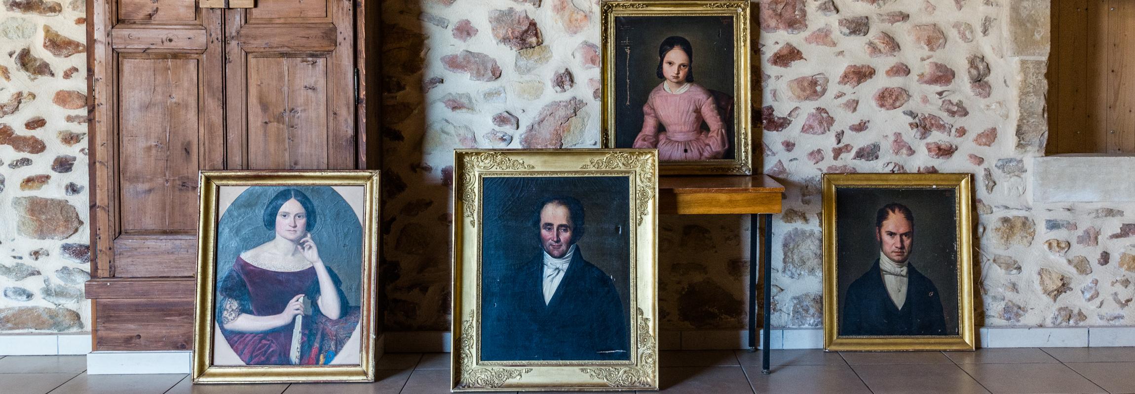 Die vier Gemäldeportraits zeigen den Erbauer des Château de Montcaud, Alexandre Eugène Collain und drei seiner Nachkommen. Das in der Provence, Südfrankreich gelegene Anwesen wurde in den 1990er Jahren erstmals in ein Hotel umgebaut und nach extensiver Renovation im Sommer 2018 neu eröffnet.