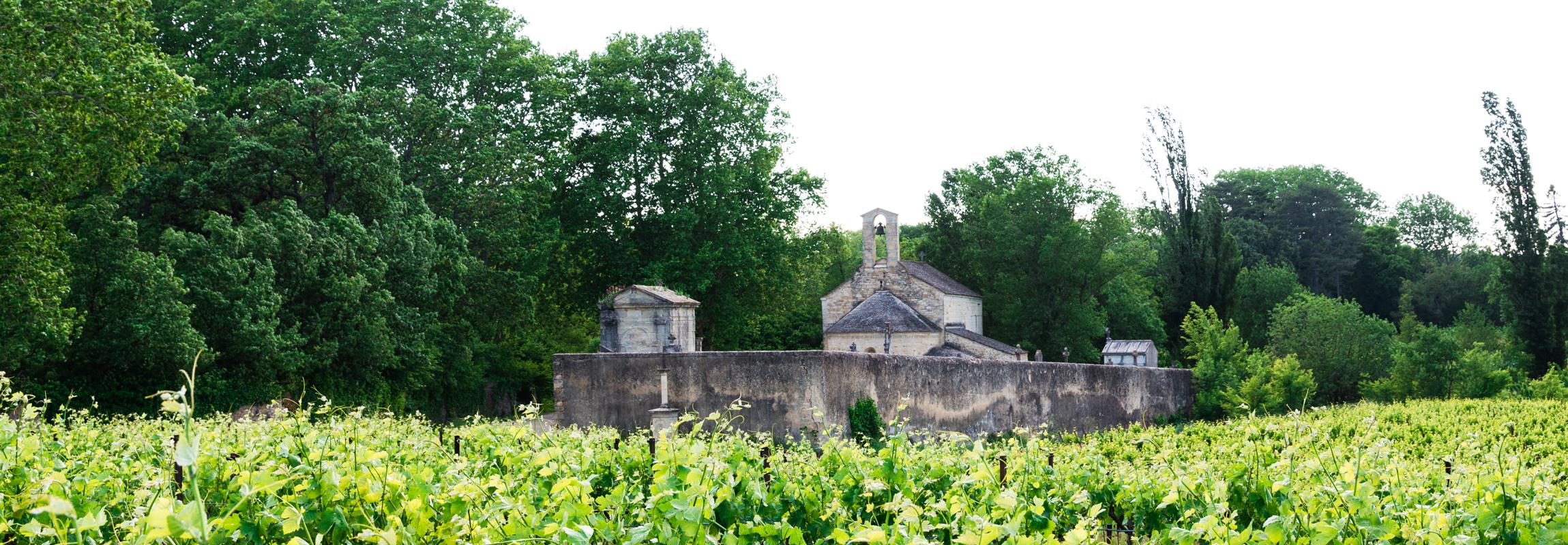Das Hotel Château de Montcaud steht geografisch im Weiler Combe der Gemeinde Sabran, am Rande der Provence in Südfrankreich. Historische Bauten, wie diese kleine Kirche von Combe zieren die Dorfbilder der umliegenden Ortschaften.