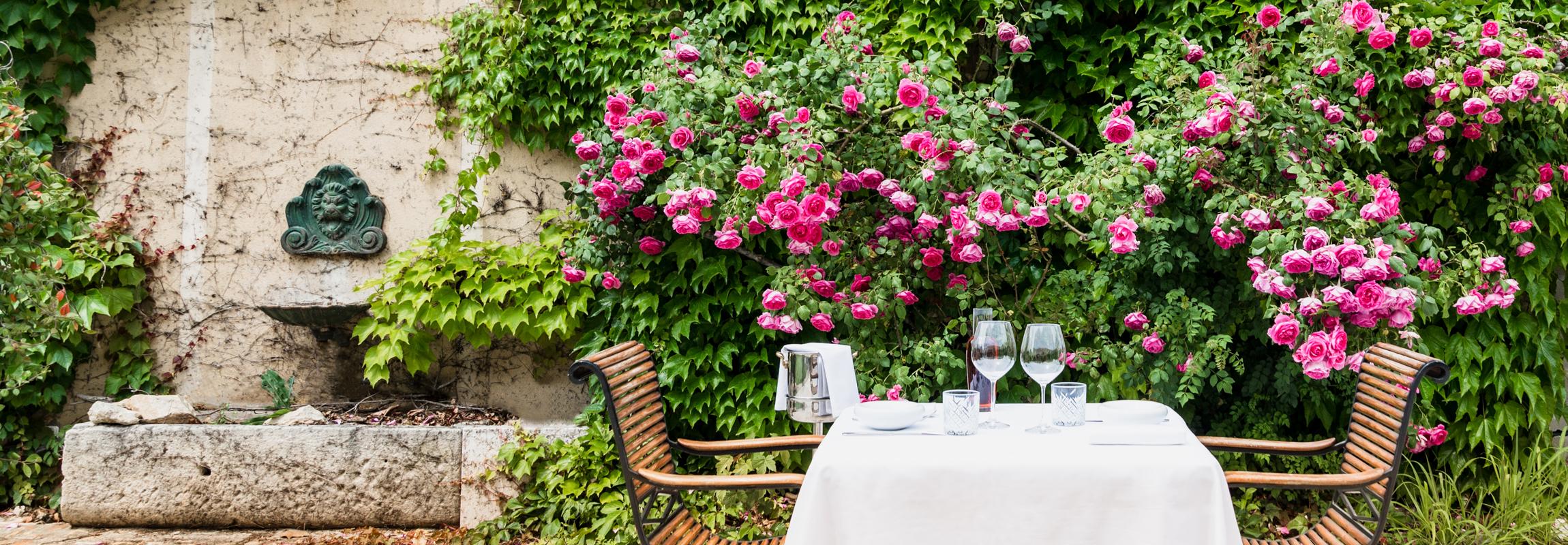 Dans la cour du Mas, les clients du Restaurant de Montcaud (Hôtel Château de Montcaud, Provence, Sud de la France) peuvent profiter de leur dîner sous le ciel étoilé de la Provence.