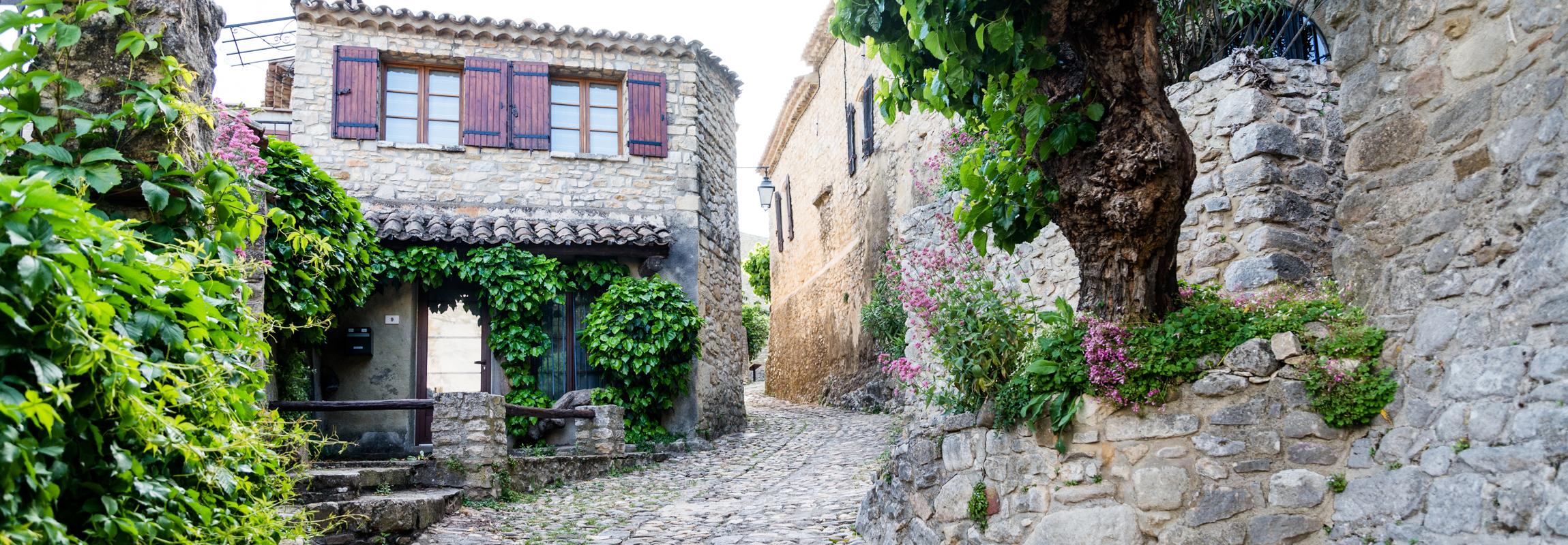 L'Hôtel Château de Montcaud est situé à l'entrée de la Vallée de la Cèze, en bordure de la Provence, dans le sud de la France, célèbre pour ses beaux villages.