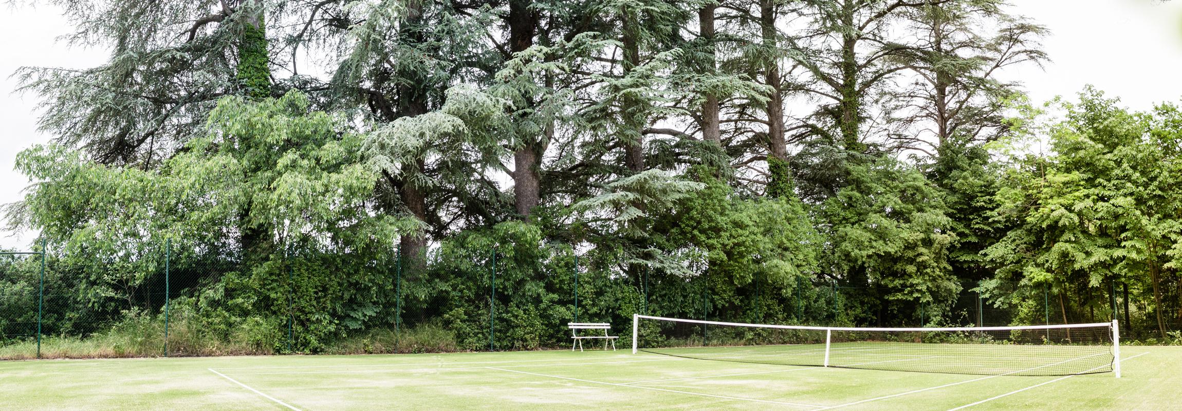 Der Tennisplatz des Hotels Château de Montcaud (Provence, Südfrankreich) steht in einer der schönsten Ecken des Schlossparks, umgeben von jahrhunderte alten Bäumen.