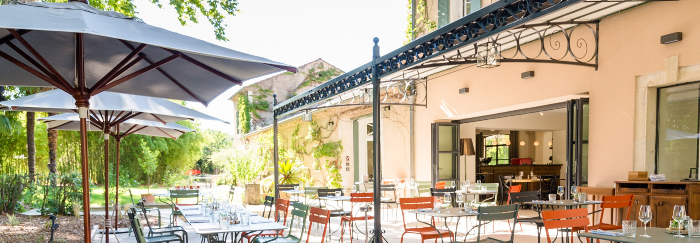 Le Bistro de Montcaud (Hôtel Château de Montcaud, Provence, Sud de la France) dispose d'un magnifique espace extérieur avec vue sur le parc.