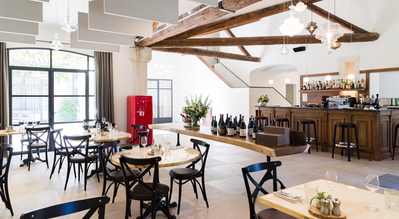 Le bistro de Montcaud dispose d'environ 50 places assises intérieures en plus de sa magnifique terrasse.