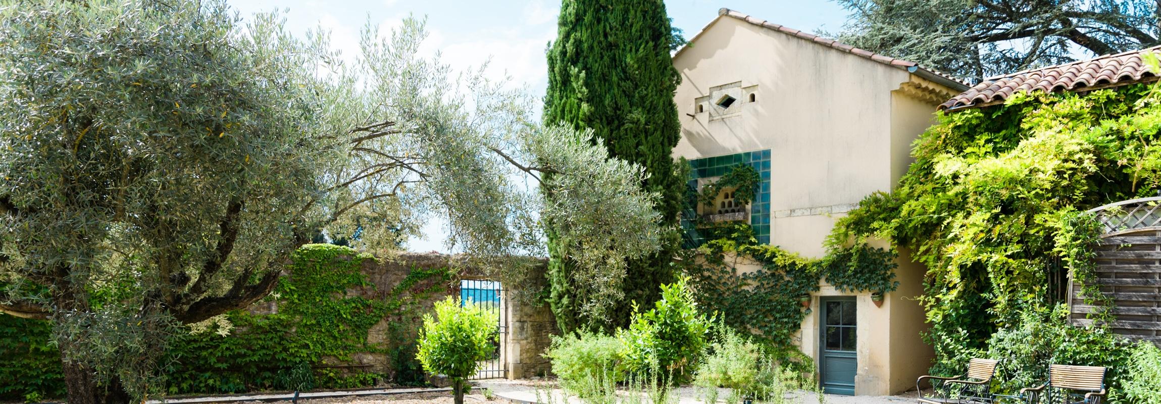Jardin aromatique et l'ancien pigeonnier oú se trouve aujourd'hui le laboratoire du chef