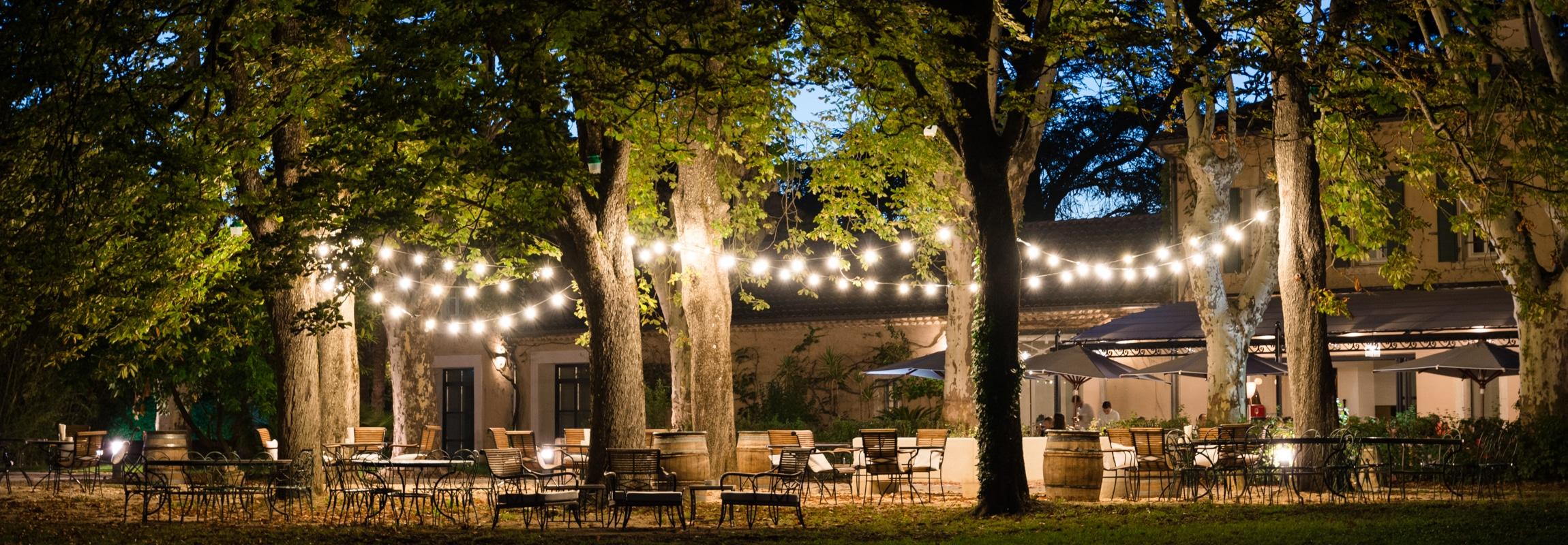 Der magische Platz unter den Kastanienbäumen. Dahinter das Bistro beim Abendservice.