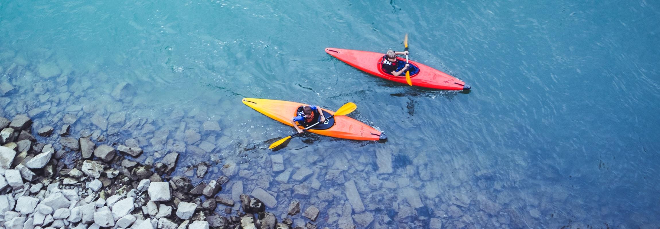 Wassersportarten wie beispielsweise hier im Bild Kajakfahren ist nur ein Teil des sportlichen Angebots im und ums Vallée de la Cèze zwischen den Cévennen und der Provence, Südfrankreich.