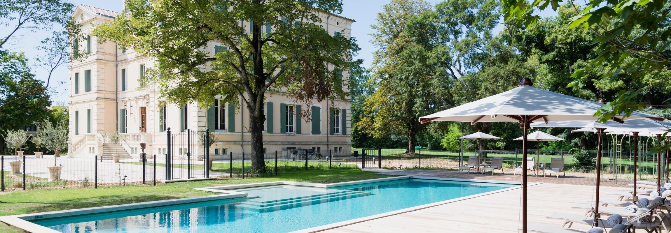 La piscine du Château de Montcaud est située au bout de chemin principal qui traverse la proprété de l'hôtel.