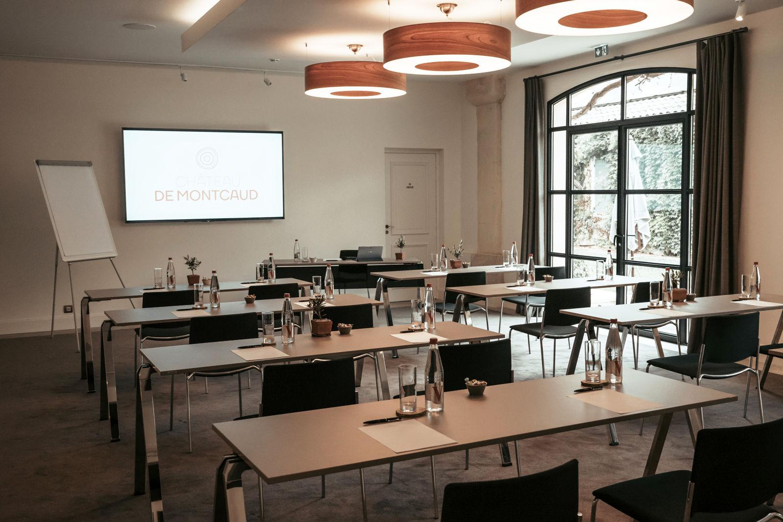 Der grosse Salon im Château de Montcaud eignet sich hervorragend für Konferenzen, Seminare und Präsentationen