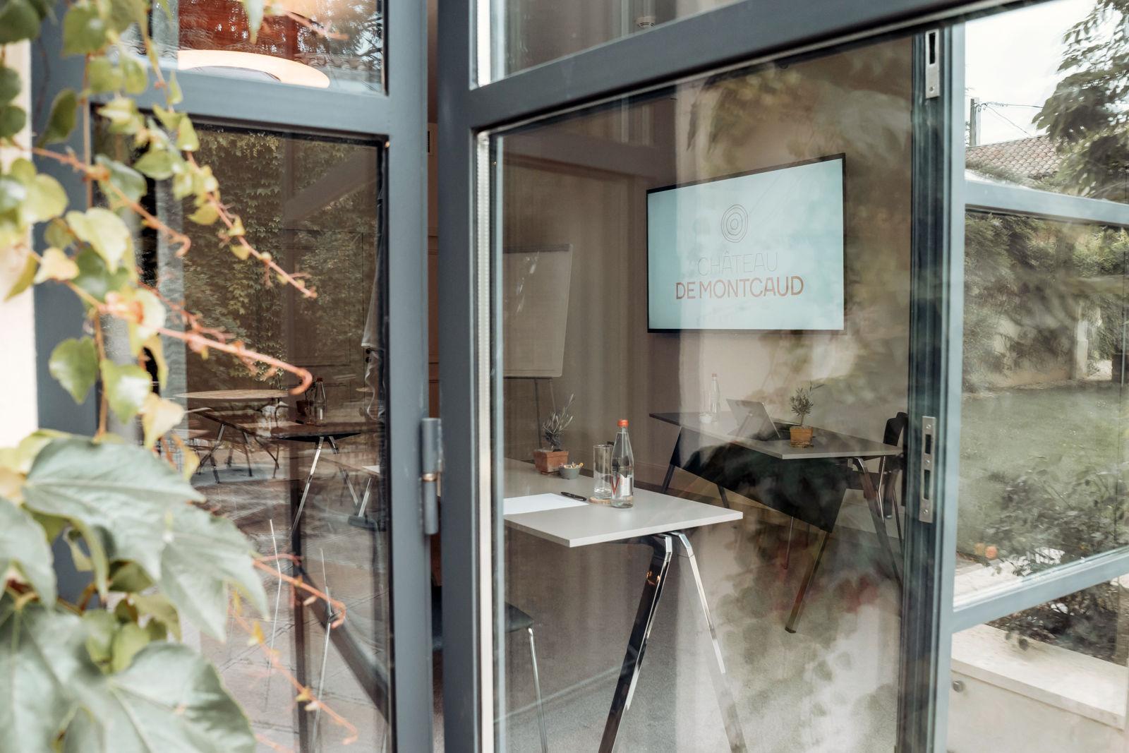 Les salons de séminaire au Châetau de Montcaud profitent de beaucoup de lumière naturelle
