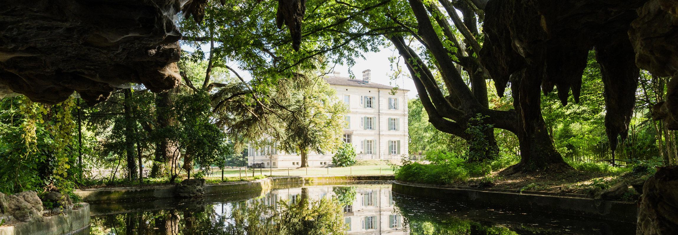 Sicht von der historischen Grotte in Montcauds Park, Hotel Provence